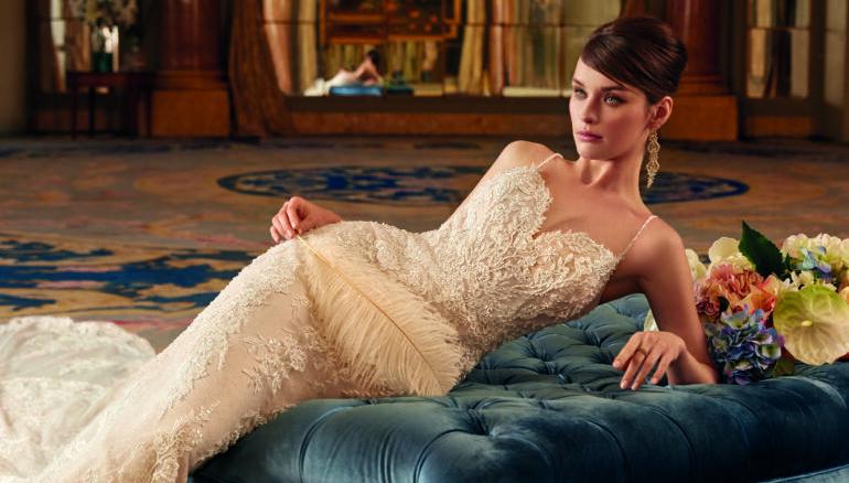 Braut, brautkleid, Hochzeitskleid Demetrios, Samtcouch, Hochtseckfrisur