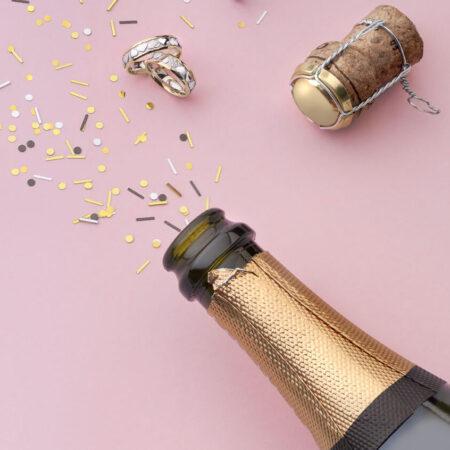 Sektflasche, Korken, Hochzeit feiern, Party, pinker Hintergrund