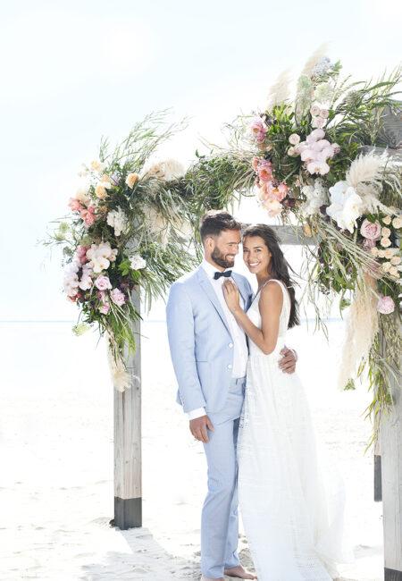 Brautpaar am Strand, Hochzeit am Meer, Traubogen
