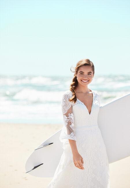 Braut am Strand, Hochzeit am Meer, Braut mit Surfbrett