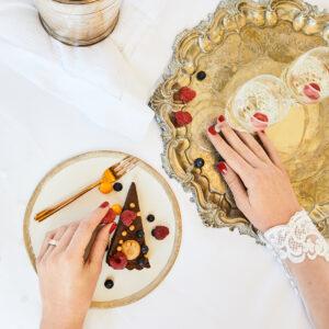 Kuchen, goldenes Geschirr, Pralinen, Braut, Himbeeren