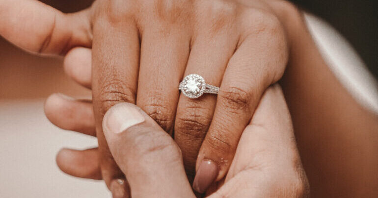Verlobung, Verlobungsring, Antrag, Antragsring, Diamant, Ring am Finger