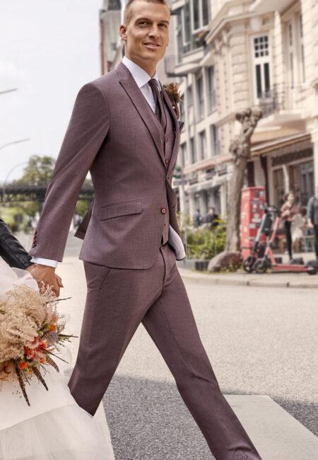 Anzug Herren, Anzug, Hochzeitsanzug, Hochzeitsanzüge, Anzüge Herren, Bräutigam, Anzug Bräutigam, Bräutigam Anzug, Royaler Look, royaler Anzug, Prince Charming, Anzug mit Weste, Dreiteiler, Weste, Plastron, Krawatte, eleganter Bräutigam Anzug, klassischer Bräutigam Anzug, klassischer Hochzeitsanzug, Anzugtrend, Hochzeitstrend, Bräutigam Trend, Anzug in Beerentönen, Anzug Bordeaux, Anzug Rot, Anzug Barolo, Anzug in Farbe, farbiger Anzug, glamouröser Hochzeitsanzug,